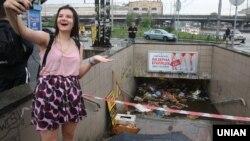 За словами представника КМДА, зливову каналізацію затопило сміття з підземних переходів. Фахівець з містобудування Віктор Глеба вважає, що проблема не в цьому