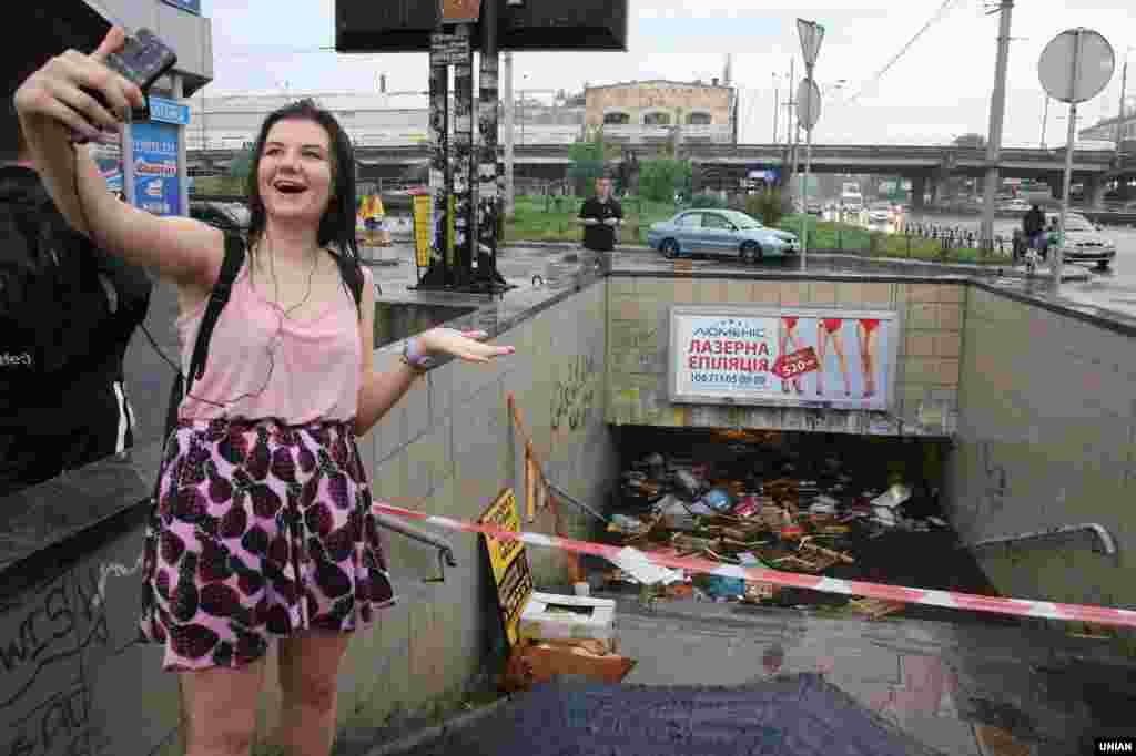 25 липня Київ накрила потужна злива, затопивши вулиці й підземні переходи. БІЛЬШЕ СВІТЛИН У ФОТОГАЛЕРЕЇ