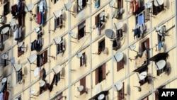 الجزایر، گروهی از معترضان در نزدیکی خانههای خود گرد میآیند.