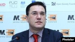 Հայաստանում Եվրամիության պատվիրակության ղեկավար Տրայան Հրիստեան մամուլի ասուլիսում: 16-ը դեկտեմբերի 2014 թ