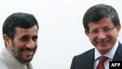 Президент Ирана Ахмадинежад (слева) встречается с министром иностранных дел Турции Давудоглу в Тебризе, 20 ноября 2009 года