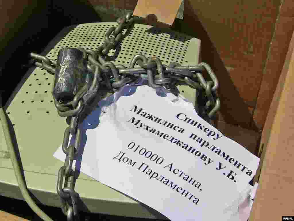 """Казахстан: удзельнікі руху """"За свабодны інтэрнэт"""" адправілі сьпікеру парлямэнту сымбалічную пасылку."""