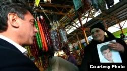 Борис Немцов ведет предвыборную агитацию на рынке в Сочи