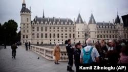 Атрофи қароргоҳи марказии полиси Париж, ки дар назди калисои Нотр Дам воқеъ аст, муҳосира шудааст