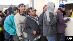 Мигранты из Афганистана в очереди за едой. Кале (Франция), ноябрь 2009 года.