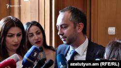 Руководитель аппарата премьер-министра Эдуард Агаджанян беседует с журналистами, Ереван, 30 котября 2019 г.
