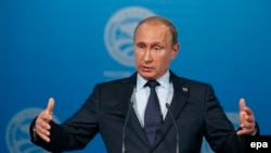 Президент России Владимир Путин выступает на пресс-конференции в Уфе по окончании саммитов БРИКС и ШОС, 10 июля 2015 года