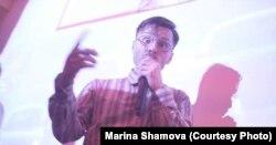 """Роман Осьминкин, участник кооператива """"Техно-поэзия"""", во время выступления. Фото из личного архива"""