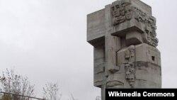 Магадан, мемориал «Маска скорби», 1996 г. Скульптор — Э. Неизвестный, архитектор — К. Казаев.
