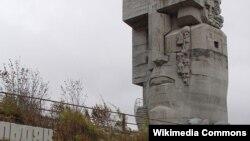Посвящённая жертвам репрессий в Советском Союзе произведение российского и американского скульптора Эрнста Неизвестного «Маска скорби» в городе Магадане в России.