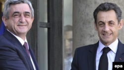 Ֆրանսիայի նախագահ Նիկոլա Սարկոզին ողջունում է Հայաստանի նախագահ Սերժ Սարգսյանին Ելիսեյան պալատում, Փարիզ, 10-ը մարտի, 2010թ.
