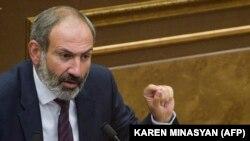 Кандидат в премьер-министры Никол Пашинян выступает на специальном заседании Национального собрания Армении, Ереван, 1 мая 2018 г.