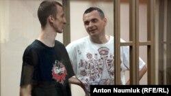 Александр Кольченко и Олег Сенцов в суде. Архивное фото
