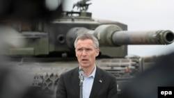 НАТОнун баш катчысы Йенс Столтенберг Польшадагы Свентовуш аскер полигонунда. 18-июнь, 2015-жыл