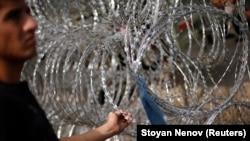 Izbeglica na granici Srbije i Mađarske, na Horgošu ispred žilet - žice, septembar 2015. godine, arhivska fotografija