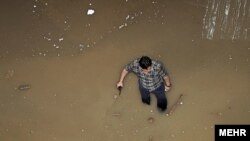 آب واردشده به ایستگاه متروی استاد معین در تهران. ۱۵ آوریل ۲۰۱۲.