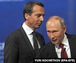 Канцлер Австрії Крістіан Керн (ліворуч) і президент Росії Володимир Путін. Петербург, 2 червня 2017 року