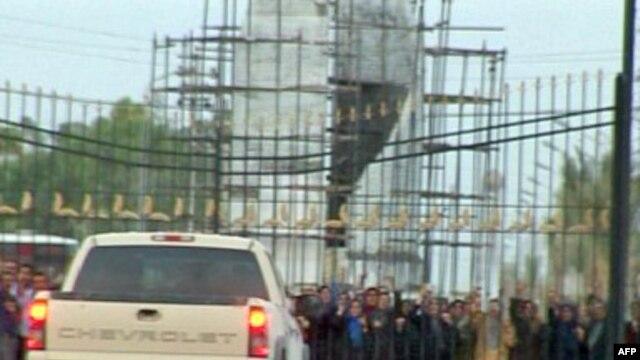 نمایی از اعتراض اعضای سازمان مجاهدین خلق مستقر در اردوگاه اشرف به حضور نیروهای امنیتی عراق