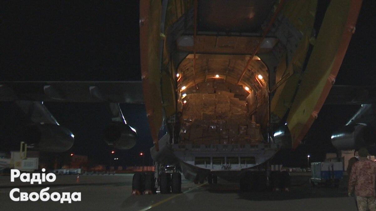 Самолет с масками и тестами на коронавирус прибыл из Китая в Украину – видео