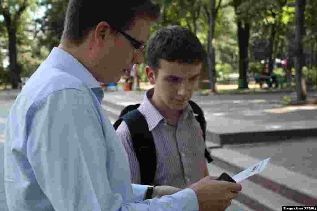Jurnalistul Adrian Ianovici, de vorbă cu vizitatorii cortului EL