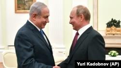 Kryeministri izraelit Benjamin Netanyahu (majtas) dhe presidenti rus, Vladimir Putin, foto nga arkivi.