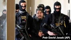 Поліція супроводжує Саліха Мусліма до суду в Празі, Чехія, 27 лютого 2018 року