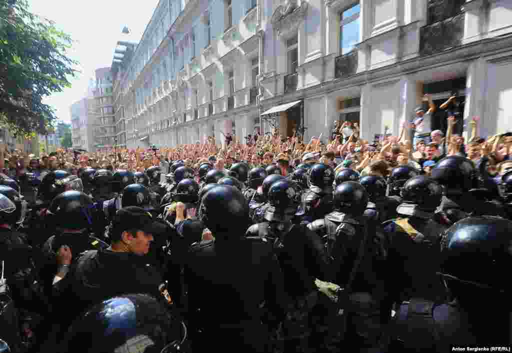 "When law enforcement moved in to disperse the protesters, many in the crowd could be heard singing the Russian national anthem. Others chanted ""We are unarmed,"" ""Fair elections now,"" and ""Russia will be free!"""