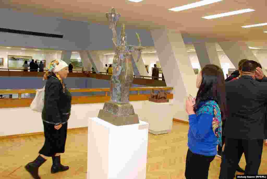 Как известно, у настоящего казахского кочевника было семь сокровищ(жети казына) – умная жена, быстроногий скакун, охотничий беркут,преданный пес, ружье, капкан и казан. Эти семь сокровищ и изображаетданная скульптура.