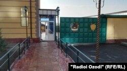 У ворот тюрьмы в таджикском городе Худжанд.