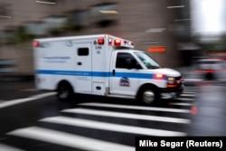 Машина скорой помощи на улице в Нью-Йорке, 13 апреля 2020 года