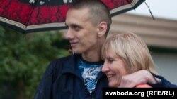 Александр Францкевич (сол жақта) түрмеден босап шықты. Беларус, 3 қыркүйек 2013 жыл.