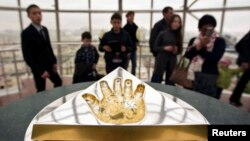 "Отпечаток ладони президента Назарбаева на башне ""Байтерек"". Астана, 24 марта 2013 года."