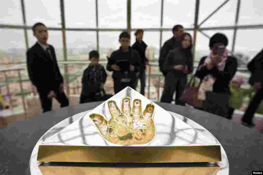 """""""Бәйтерек"""" кешеніндегі Қазақстан президенті Нұрсұлтан Назарбаевтың алақанының таңбасы. Астана, 24 наурыз 2013 жыл."""