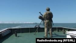 Український військовий в Азовському морі