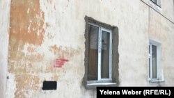 Размытые граффити, рекламирующие синтетические наркотики в Темиртау.
