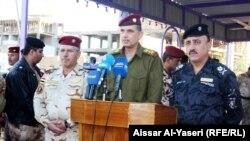 قائد عمليات الفرات الأوسط الفريق الركن عثمان الغانمي (وسط ) في مؤتمر صحفي بالنجف (الجمعة 11/1/2013)