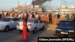Пожар на территории рынка «Бек Барака». Фото отправлено одним из читателей радио «Озодлик».