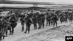Аргентинские солдаты занимают британскую военную базу на Фолклендах.
