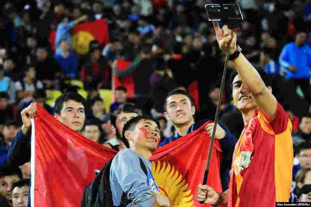 Федерация футбола Кыргызстана напечатала 18 тысяч билетов. Позже сообщалось, что поболеть на стадион пришли 17 600 человек.
