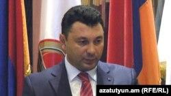 Эдуард Шармазанов во время брифинга по завершении заседания исполнительного органа РПА, 27 августа 2015 г.