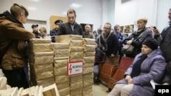 Украинские активисты в Мариуполе требуют прекратить печатание избирательных бюллетеней, говоря о нарушении порядка их производства. 19 октября 2015 года.