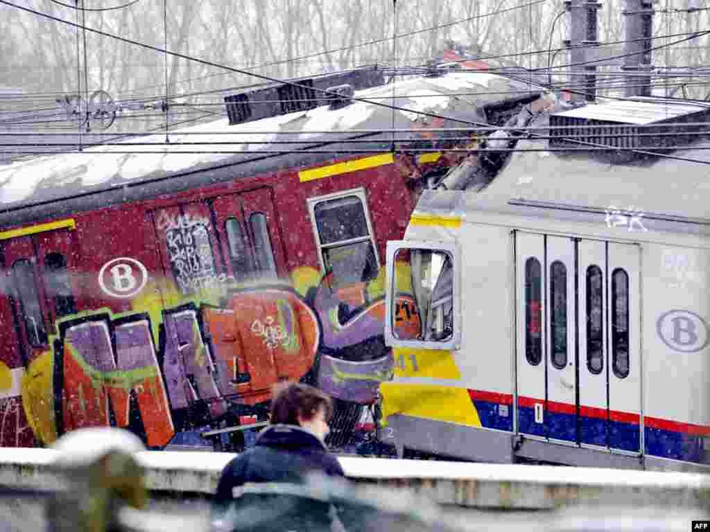 В Бельгии 18 человек погибли в результате железнодорожной катастрофы. Трагедия произошла недалеко от города Халле – в 15 километрах к юго-западу от Брюсселя. По данным следствия, один из машинистов не заметил сигнала остановки.