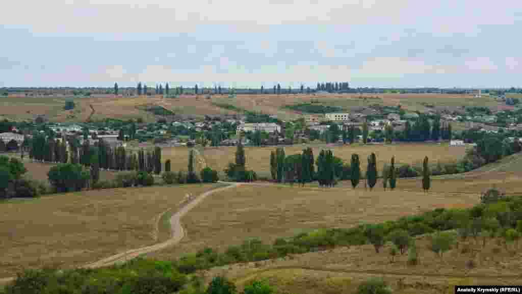 Вид на долину реки Западный Булганак и село Пожарское с холма у Плачущей скалы. В районе села обнаружены остатки позднескифского городища с линией оборонительных укреплений и могильник того же периода