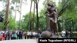 Памятник жертвам Голода 1931–1933 годов. Алматы, 31 мая 2017 года.