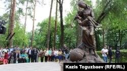 Қазақстандағы 1931-1933 жылдардағы ашаршылық құрбандарына арналған ескерткіш. Алматы, 31 мамыр 2017 жыл.