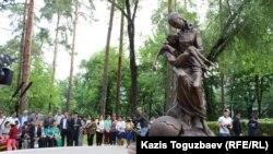 Памятник жертвам Голода начала 1930-х. Алматы, 31 мая 2017 года.