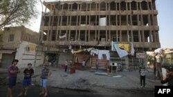 ИМ экстремистік тобы шабуыл жасаған жерде тұрған адамдар. Каррада ауданы, Бағдат, 6 қыркүйек 2016 жыл.
