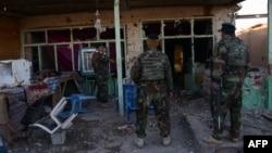 Աֆղանստանի ազգային բանակի զինծառայողները Քանդահարի օդակայանում բախումներից հետո խուզարկում են շինությունները, 9-ը դեկտեմբերի, 2015թ.