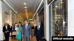 Ilham Aliyev și familia sa la cumpărături într-un mall din Baku