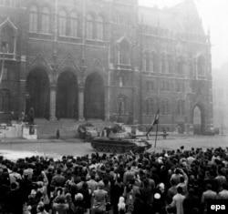 Радянський танк біля будівлі парламенту під час Угорської революції. Будапешт, 25 жовтня 1956 року